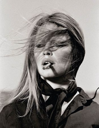 Multiple O'neil - Bridgitte Bardot with cigar on the set Les Petroleuses