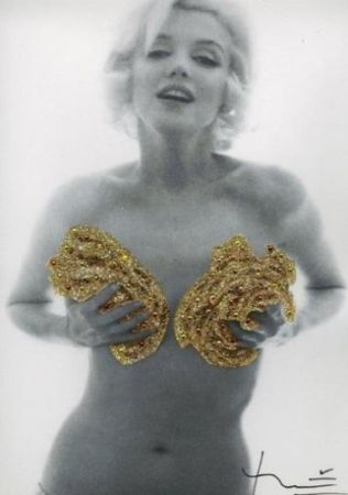 Photography Stern - Marilyn. Classic Gold Roses (1962)