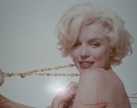 Photography Stern -  Marilyn pulling beads (1962)