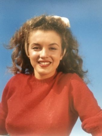 Photography De Dienes  - Norma Jean in red (Marilyn Monroe 1945)