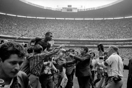 Photography Leifer - Pele on Shoulders on Fans