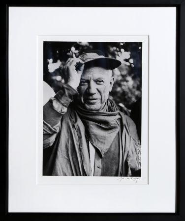 Photography Clergue - Picasso a la Feria, revetu des habits de la Pena de Logrono - Nimes, 1959