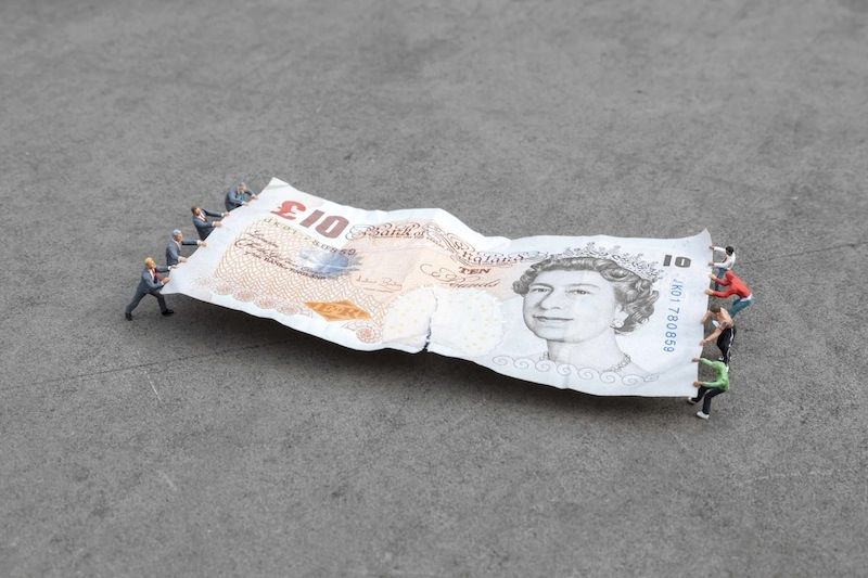 Photography Slinkachu - Tug of War, Bank of England, London