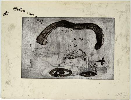 Engraving Tàpies - Une vase de terre crue et le T du nom de Tàpies